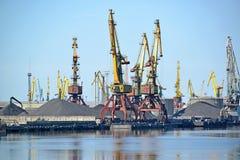 Portowe sztalugi na węglowym ładowaniu Kaliningrad handlu port morski Obrazy Royalty Free
