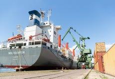 Portowi żurawie ładuje zbiornika statek z ładunkiem Zdjęcie Royalty Free