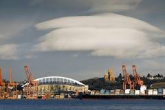 Portowi żurawie i Seahawk stadium zdjęcie stock
