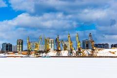 Portowi żurawie w rzecznym porcie przy zima dniem w Moskwa Fotografia Royalty Free