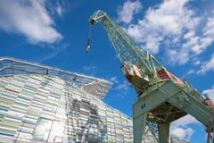 Portowy żuraw przeciw niebieskiego nieba zakończeniu Morski Centrum ` Vellamo ` Kotka Obrazy Royalty Free