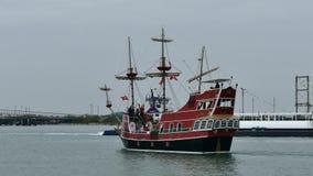 Portowy Aransas, TX - 6 2015 Feb: Turystyczna wycieczkowa łodzi i reklamy barka przechodzi each inny zbiory wideo