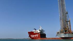 PORTOWY ARANSAS, TX - 06 MAR 2016: Semi zanurzalny dźwignięcia ładunku ciężki statek odtransportowywa na morzu wieżę wiertniczą zbiory wideo