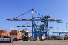 Portowy dok z zbiornika statkiem, Różnorodnymi gatunki i kolory kontenery brogujący w mienie platformie Obraz Royalty Free
