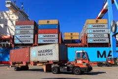 Portowy dok z zbiornika statkiem, Różnorodnymi gatunki i kolory kontenery brogujący w mienie platformie Fotografia Royalty Free