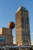 Portowy Olimpijski drapacz chmur z dużą sfery rzeźbą, Barcelona architektura obraz royalty free