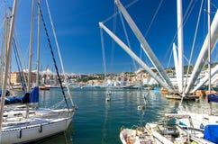 PortPorto Antico hamn med lyxiga vita yachter och dragningar arkivfoton