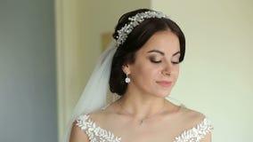 Porträt der Braut morgens im Raum, der auf den Bräutigam wartet stock footage