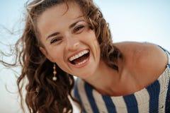 Porträt der glücklichen Frau am Sommer draußen lizenzfreies stockbild