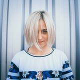 Porträt des netten Mädchens mit weißer Kurzhaarfrisur Ihr halbes Gesicht der Haarabdeckung Sie schaut vorwärts lizenzfreie stockbilder