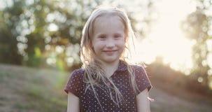 Porträt eines netten blonden Mädchens draußen stock video footage