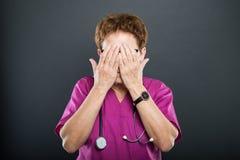 Porträt älterer Damendoktorbedeckung mustert wie blindes Konzept Lizenzfreie Stockfotos