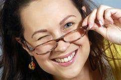 Porträt über das Lächeln und das Blinzeln der Frau in den Gläsern Stockbild