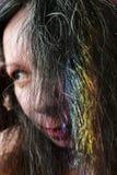Porträt af eine junge Frau mit einem Regenbogen auf dunklem Haar stockfoto