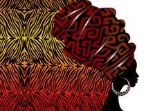 Porträt-Afrikanerin im traditionellen Turban, Kente-Kopfverpackung afrikanisch, traditionelles dashiki Drucken, schwarzer Afrofra lizenzfreie abbildung