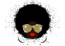 Porträt-Afrikanerinnen, weibliches Gesicht der dunklen Haut mit dem schwarzen Haar Afro und Goldmetallglänzende Sonnenbrille in d lizenzfreie abbildung