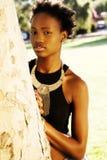 Porträt-Afroamerikaner-im Freien jugendlich Mädchen gegen Baum Stockfoto