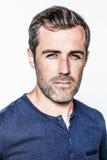 Porträt, arroganter hübscher bärtiger junger Mann mit blauen Augen Anstarrens Lizenzfreies Stockbild