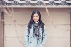 Porträt-Asiatinreisendgefühl genießen und Glück mit Feiertagsreise bei Japan lizenzfreie stockfotografie