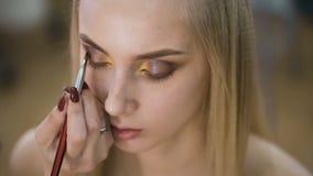 Porträt attraktiven, frischen Blondinen Es ist das Topmodell, machte sie ein großartiges Make-up für eine Fotoaufnahme, oder stock video footage