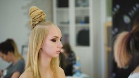 Porträt attraktiven, frischen Blondinen Sie sitzt zu Hause oder in einem Schönheitssalon stock video