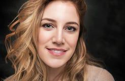 Porträt attraktiven jungen Blondine auf einem schwarzen Hintergrund Lizenzfreies Stockbild
