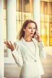 Porträt attraktiven jungen Geschäft swoman mit dem langen dunklen Haar Lizenzfreies Stockfoto