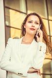 Porträt attraktiven jungen Geschäft swoman mit dem langen dunklen Haar Stockfoto