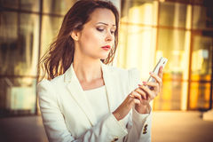 Porträt attraktiven jungen Geschäft swoman mit dem langen dunklen Haar Stockbilder