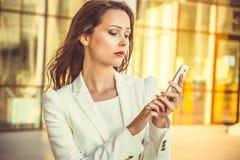 Porträt attraktiven jungen Geschäft swoman mit dem langen dunklen Haar Lizenzfreies Stockbild