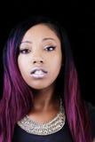 Porträt-attraktiver Afroamerikaner-Frauen-Dunkelheits-Hintergrund Stockbilder