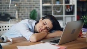 Porträt attraktiver Dame schlafend bei der Arbeit über den Schreibtisch, der während des Arbeitstags sich entspannt stock video