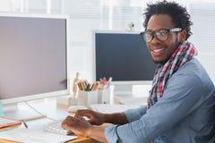 Porträt auf einer kreativen Geschäftsarbeitskraft auf Computer Stockbild