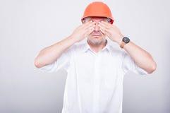 Porträt Auftragnehmer tragenden Hardhat, der seine Augen bedeckt Lizenzfreie Stockfotos