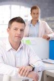 Porträt Büroangestelltlächelns des von mittlerem Alter stockfoto