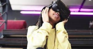 Porträt beeindruckte afrikanische Dame unter Verwendung der Gläser einer virtuellen Realität, um auf der ganzen Welt zu reisen, s stock video footage