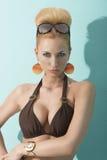Porträt blonder Dame im Bikini mit Sonnenbrille Lizenzfreie Stockfotografie