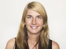 Porträt, das blonde Frau lacht Lizenzfreie Stockfotografie