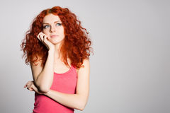 Porträt, das rote behaarte junge Frau denkt Stockfotos