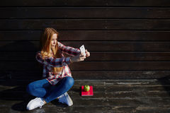 Porträt, das von den jungen hübschen Frauen sich fotografieren für Bild des Sozialen Netzes beim draußen stillstehen ist stockbilder
