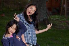 Porträt, das von den jungen Schwestern betrachten die Kamera ist lizenzfreies stockfoto