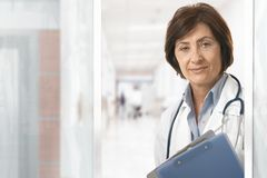 Porträt der älteren Ärztin am Krankenhaus Stockfotos