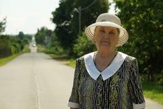 Porträt der älteren Frau alterte 80s gekleidet im Hut Stockbild