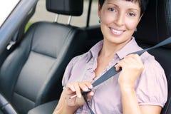 Porträt der älteren Frau in einem Auto lizenzfreies stockbild