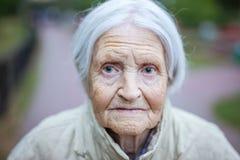 Porträt der älteren Frau Kamera betrachtend stockbild