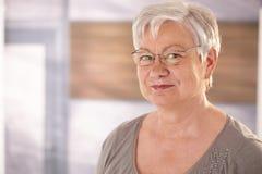Porträt der älteren Frau mit Gläsern Stockbild