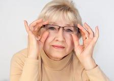 Porträt der älteren Frau mit Gläsern stockbilder