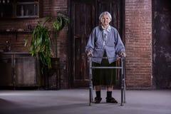 Porträt der älteren Frau mit Wanderer zu Hause lizenzfreie stockfotos