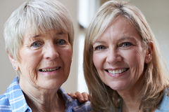 Porträt der älteren Mutter mit erwachsener Tochter stockbild