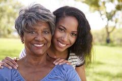 Porträt der älteren Mutter mit erwachsener Tochter im Park lizenzfreie stockfotos